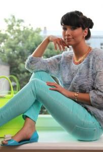 Бирюзовые брюки с чем носить