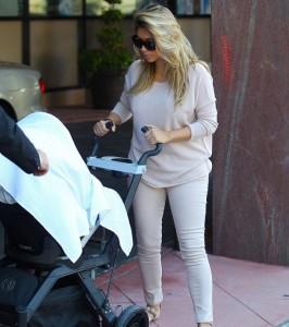 Ким гуляет с дочерью