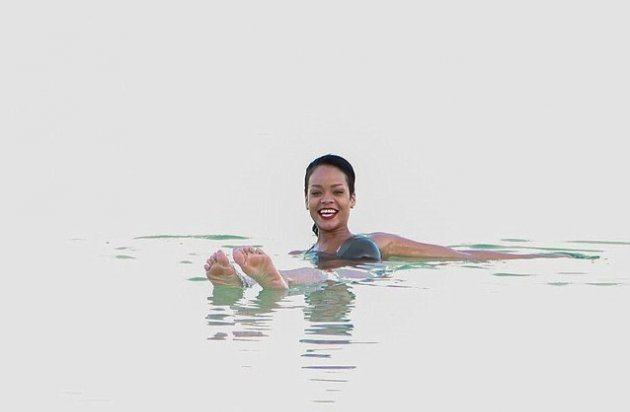 Рианна купается в Мертвом море