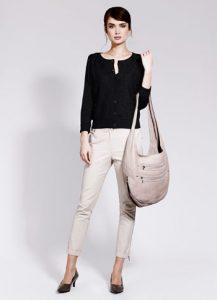 Девушка в черной кофте и с сумкой в руках