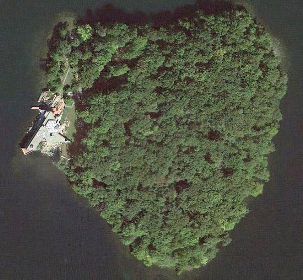 Анджелина Джоли купила остров в форме сердца