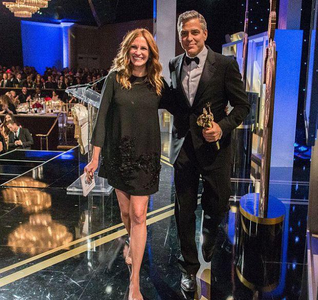 Джулия Робертс приняла участие в церемонии наград BAFTA-LA, чтобы присудить приз коллеги и очень хорошему другу Джорджу Клуни.