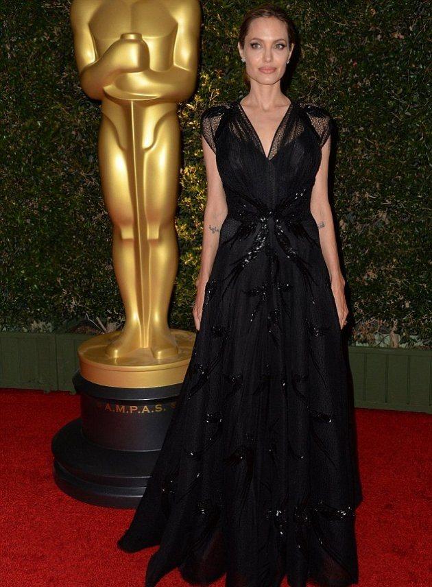 Анджелина Джоли получила награду по оказанию гуманитарной помощи