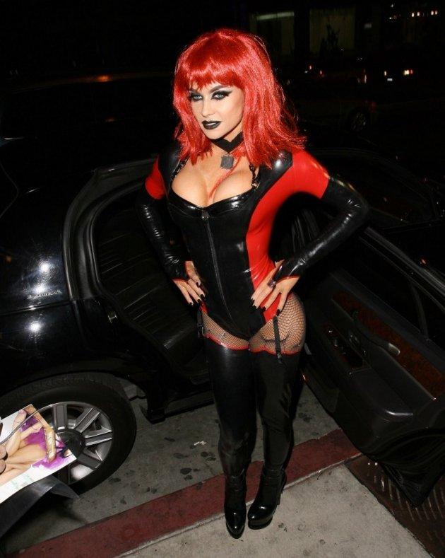 Кармен Электра празднует Хэллоуин в рыжем парике и длинных сапогах