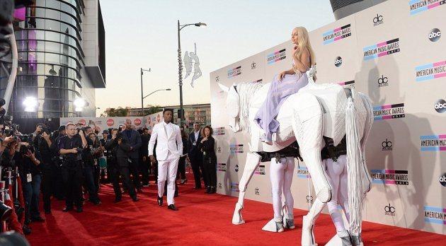 Как появилась Леди Гага на American Music Awards?