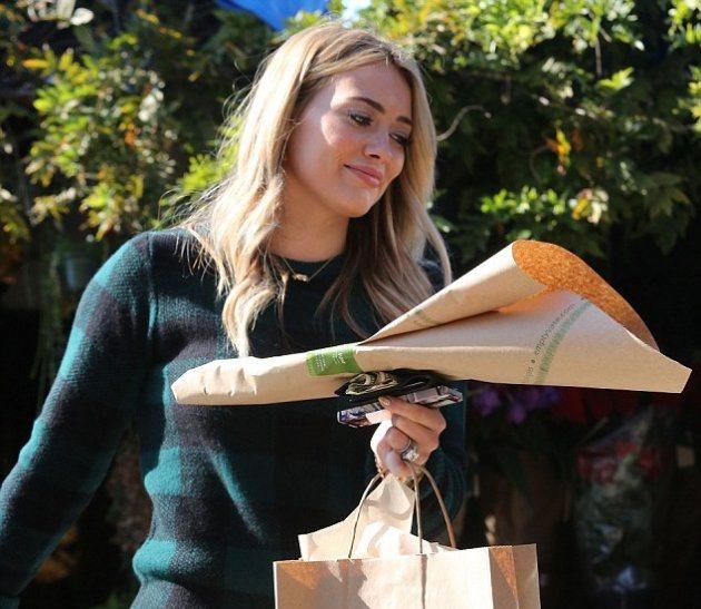 В чем была одета Хилари Дафф, когда посетила цветочный магазин?