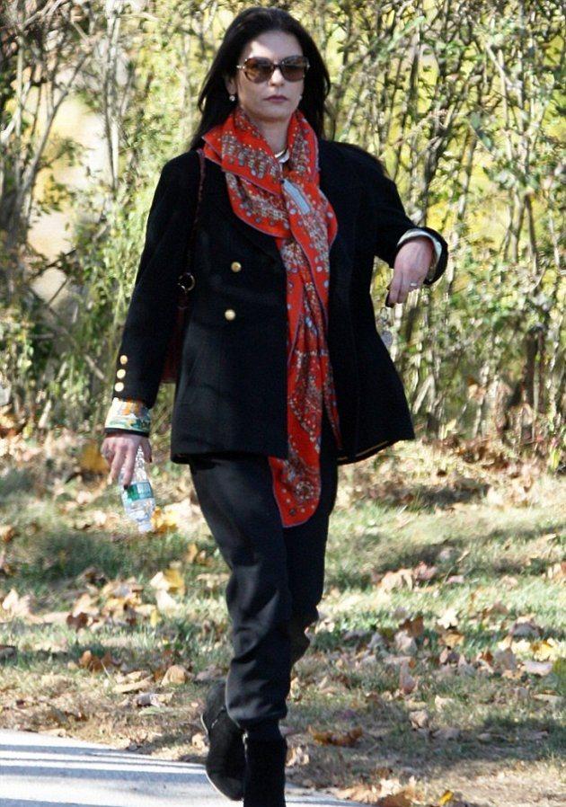 Кэтрин Зета-Джонс делает покупки в Гринвиче, штат Коннектикут