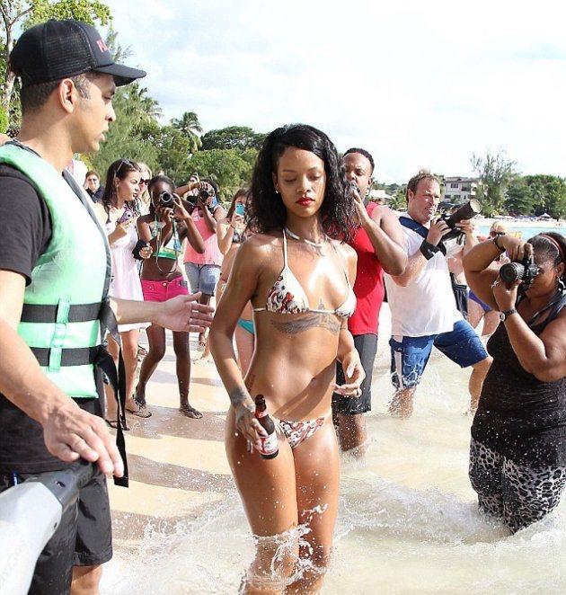 Рианна провела фотосессию на пляже Барбадоса