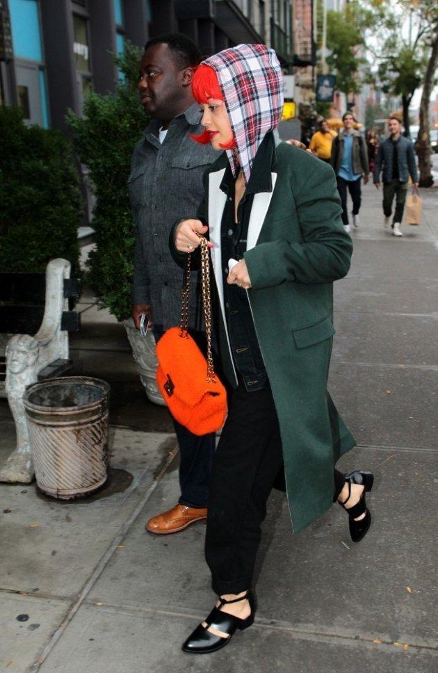 Rita Ora под красным париком
