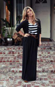 Длинная юбка на девушке и полосатая футболка