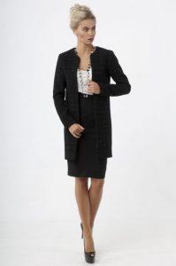 Женщина в деловом строгом костюме