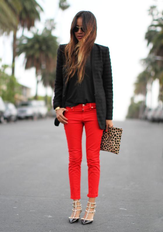 Красные джинсы с чем носить