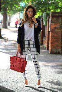 Красная сумка, клетчатые брюк и темная кофта