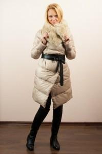 Девушка в длинном бежевом пуховике с меховым воротником