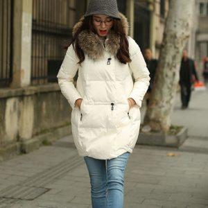 Девушка в белом пуховике, оригинальной шапке