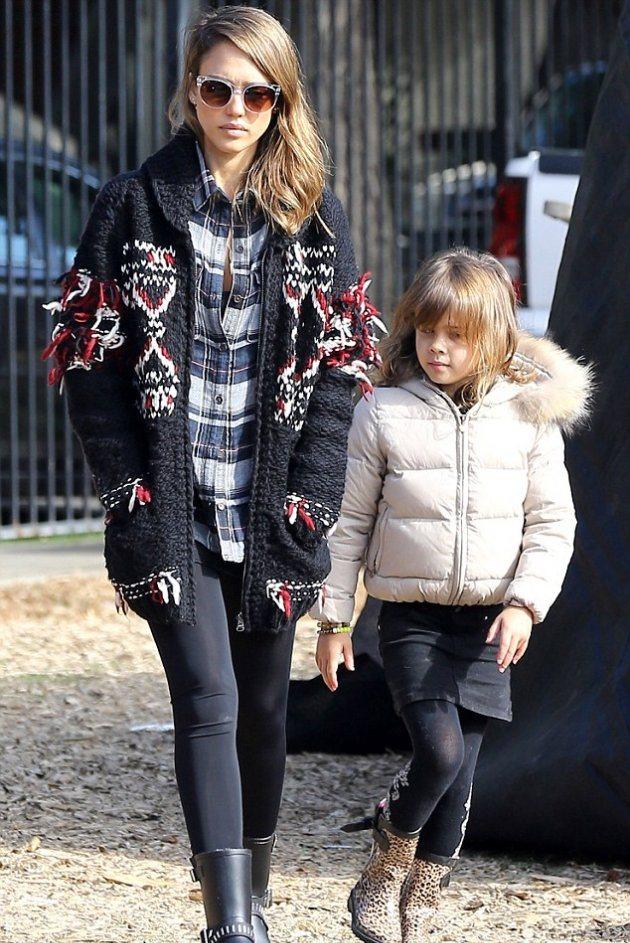 Джессика Альба на прогулке со свое семьей