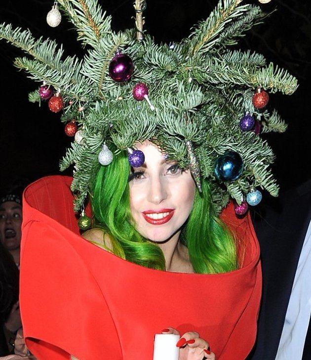 Lady Gaga с елкой на голове появилась перед фанатами