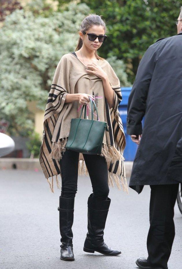 Во что была одета Селена Гомес в дождливую погоду?