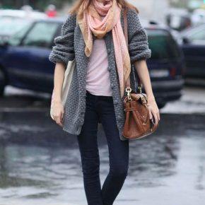 Девушка с розовым шарфом и розовой сумкой