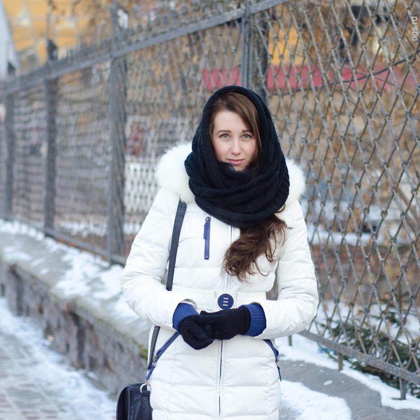 Девушка зимой на улице в пуховике, шарфе-снуде, с сумкой на плече