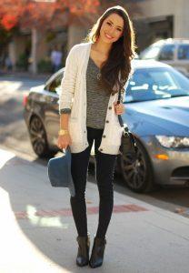 Девушка на улице около машины
