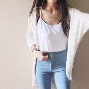Девушка в джинсах, топе и кардигане белого цвета