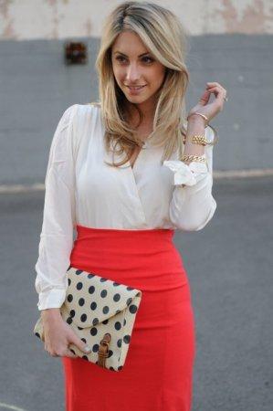С чем носить модную красную юбку?
