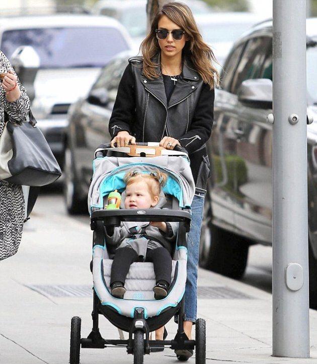 Во что была одета Джессика Альба на прогулке с дочкой во вторник?