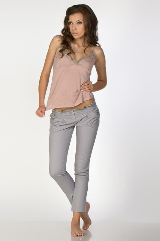С чем носить модные серые брюки?