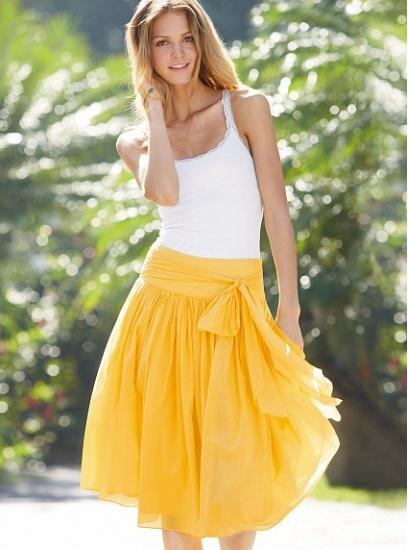 С чем носить модную юбку солнце?