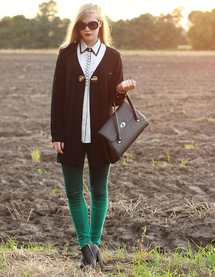 С чем носить стильные серые сапоги?