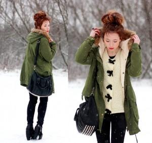 Девушка в лесу в длинной куртке и с сумкой на плече