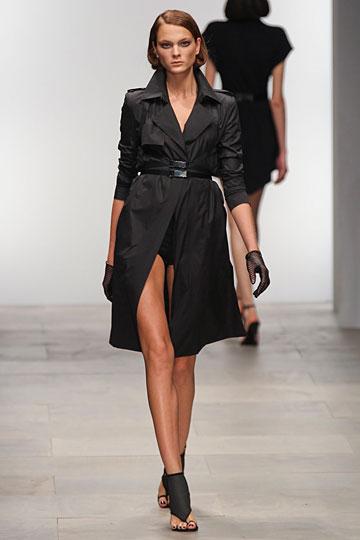 С чем носить модный чёрный плащ?