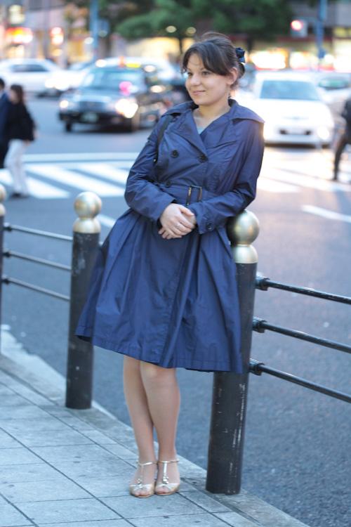 С чем носить легкий синий плащ?