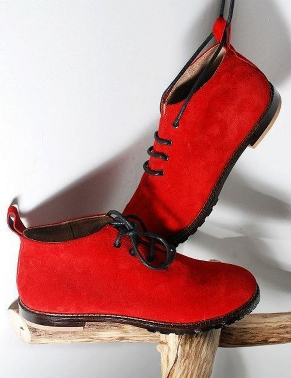 С чем носить красные ботинки?