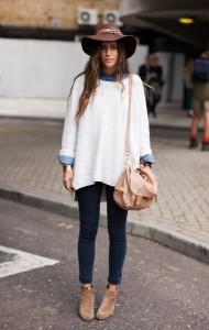 Девушка в джинсах и белом свитере