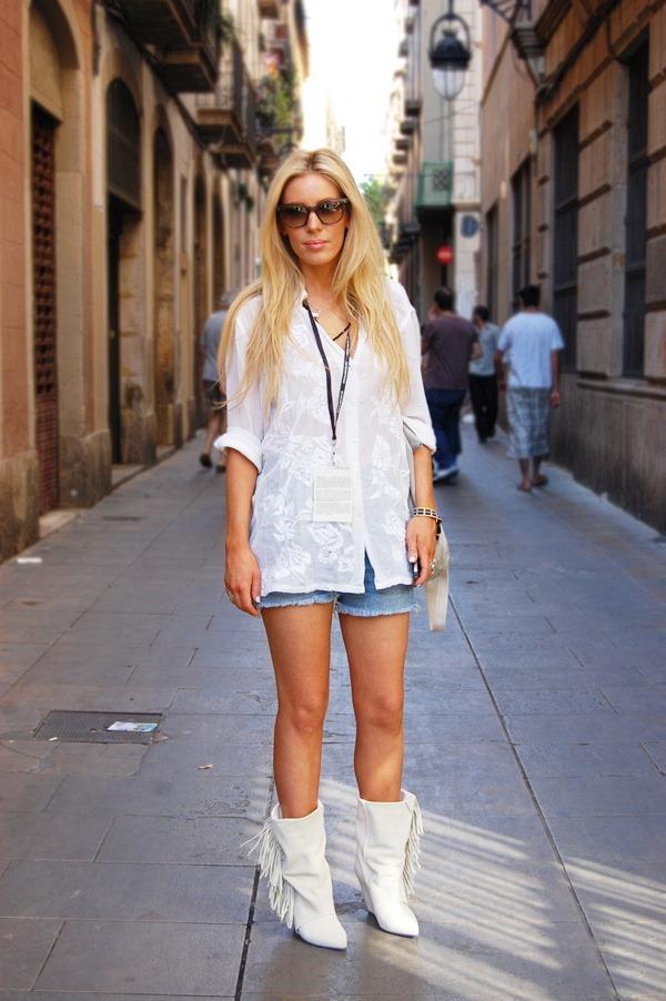С чем носить белые сапоги?