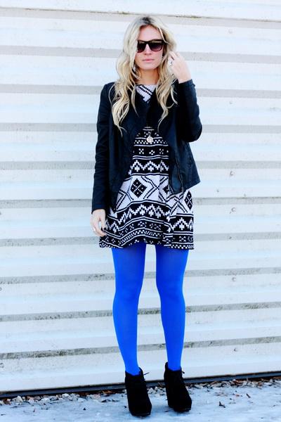 Платье с принтом, черный пиджак, синие коготки