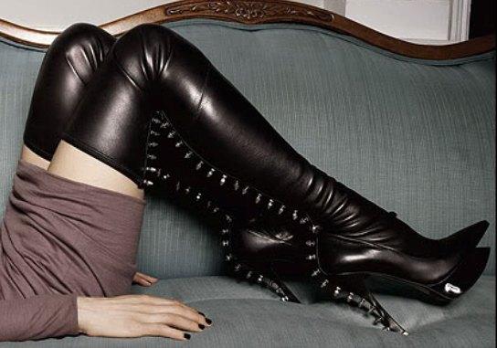 гей с черными ботфортами на темной улице фото