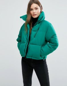 Девушка в зеленой куртке на синтепоне