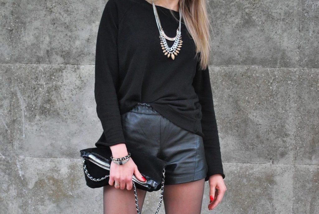 Повседневный лук из черного свитера и черных кожаных шорт