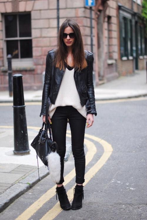 С чем носить черные джинсы?
