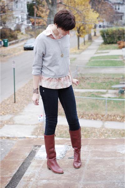 С чем носить бордовые сапоги?