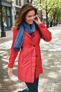 С чем носить легкий красный плащ?