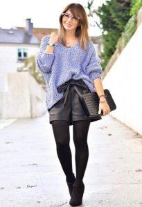 Красивый повседневный образ из сиреневого свитера и черных шорт