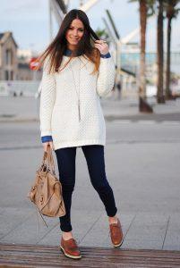 Девушка в длинном свитере