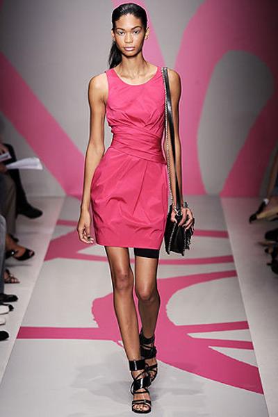 С чем носить стильное розовое платье?