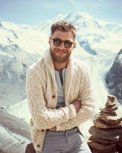 Белый вязанный свитер на мужчине в очках