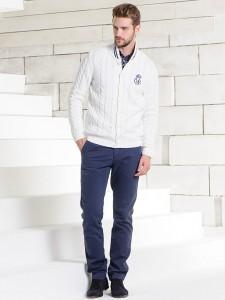 Мужчина в белой кофте и в синих джинсах