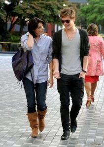 Девушка и парень гуляют на улице